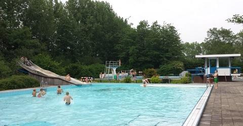Vrijwilligers renoveren zwembad in twee maanden tijd