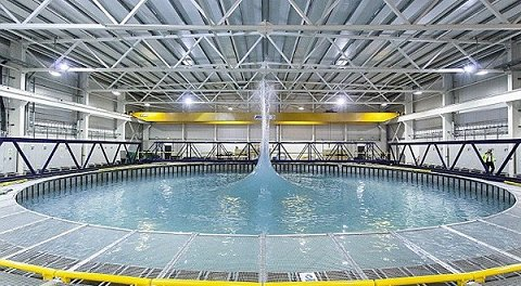 Flowwave maakt bijzondere golven zwemrekreatie for Groot rond zwembad