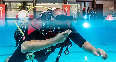 Levensecht zwemmen tussen haaien in het zwembad