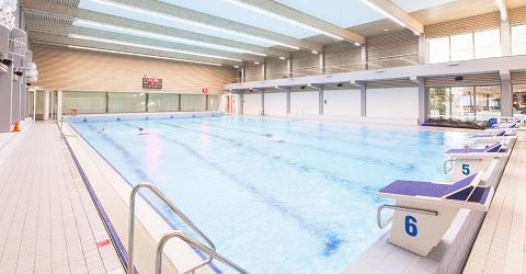 Wat is er toch aan de hand met de tegels in zwembaden?