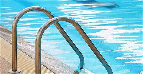 FNV Sport & Bewegen bijt zich vast in het toezichthouden bij zwembaden