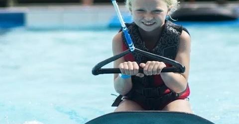 Waterskiën in het zwembad, razend populair onder de jeugd
