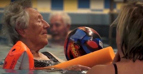 Zwemmen werkt goed voor mensen met dementie
