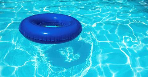 Zwembadwereld in grote verlegenheid gebracht